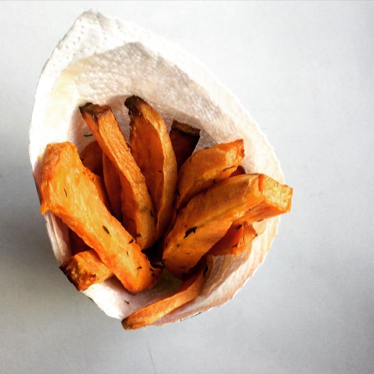 Zoete aardappelfrietjes met tijm