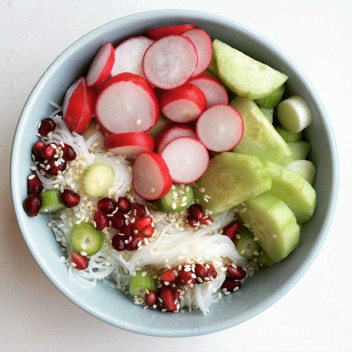 Simpele, vegan rijstnoedel salade