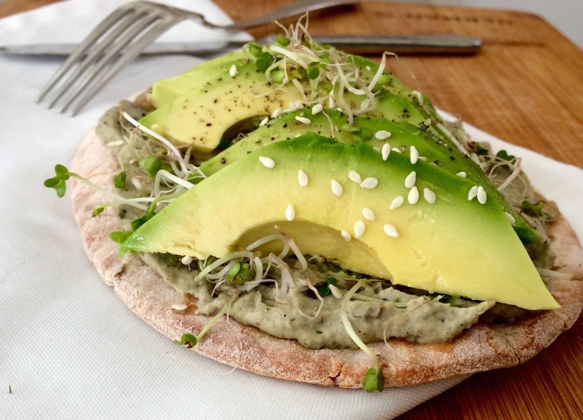 Pitabroodje met baba ganoush en avocado