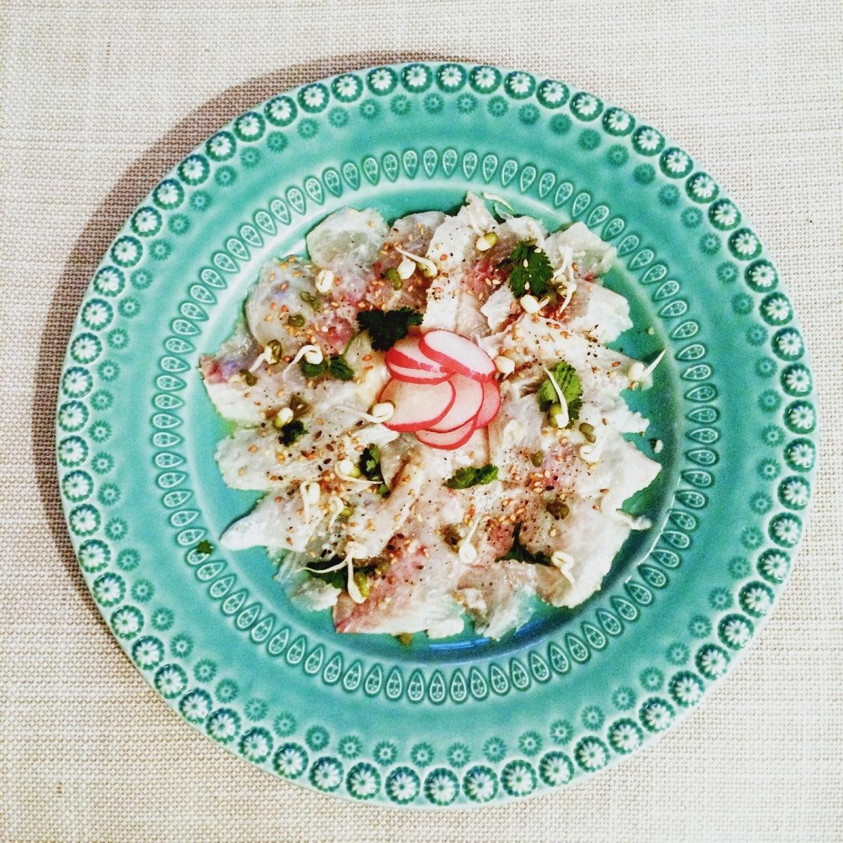Ceviche van zeebaars in yuzu gemarineerd