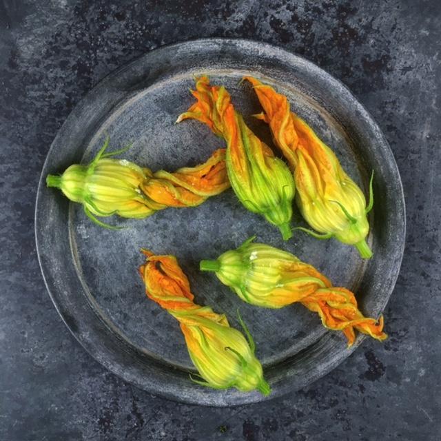 Gevulde & gefrituurde courgettebloemen