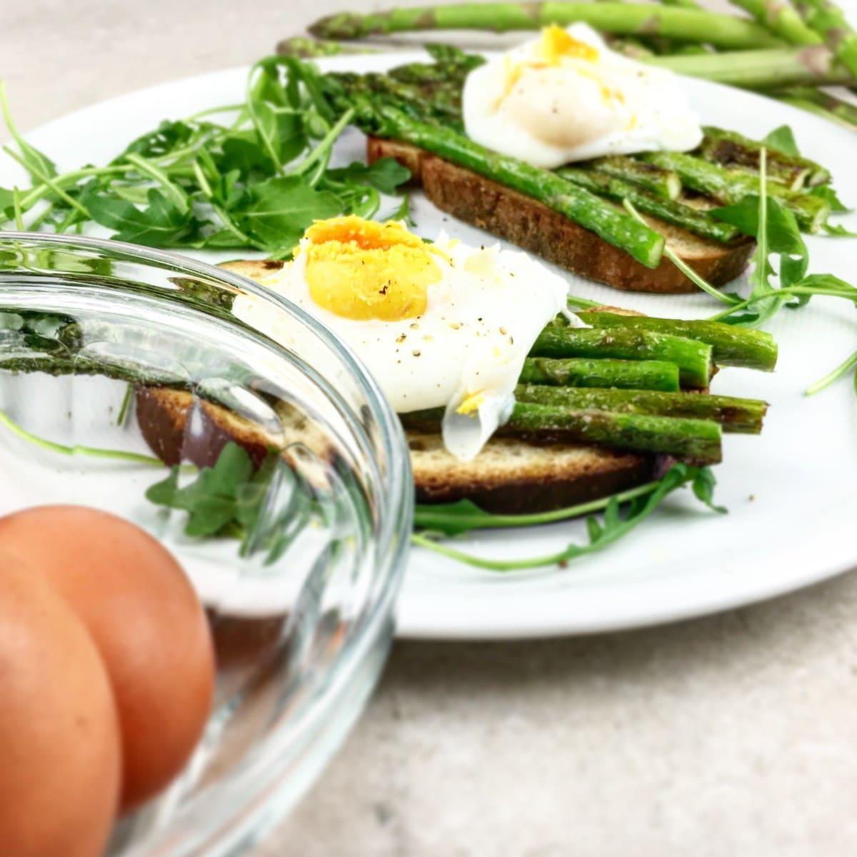 Toast met groene asperges en gepocheerd ei