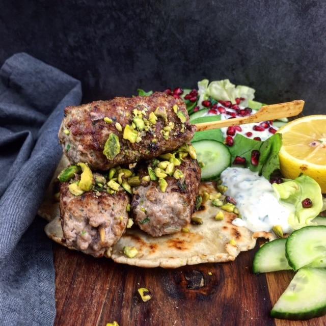 Griekse kofta kebabs met frisse dip