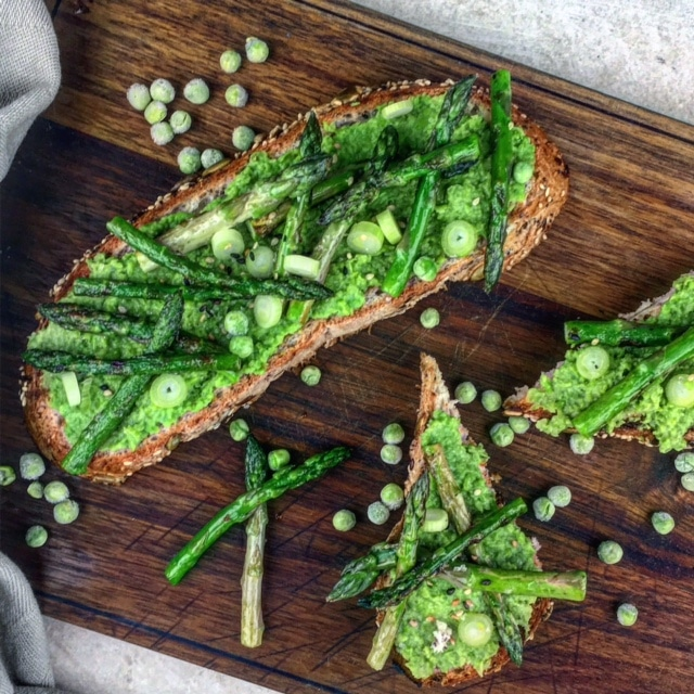 Broodje met puree van erwten en gegrilde aspergetips