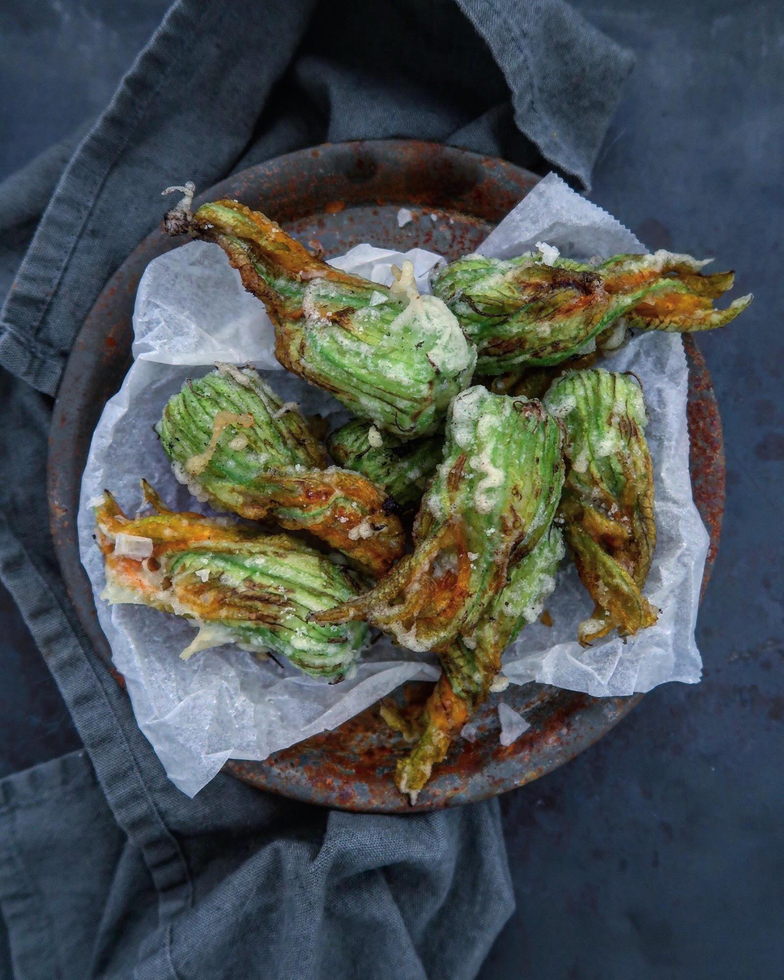 Gefrituurde courgettebloemen met gorgonzola