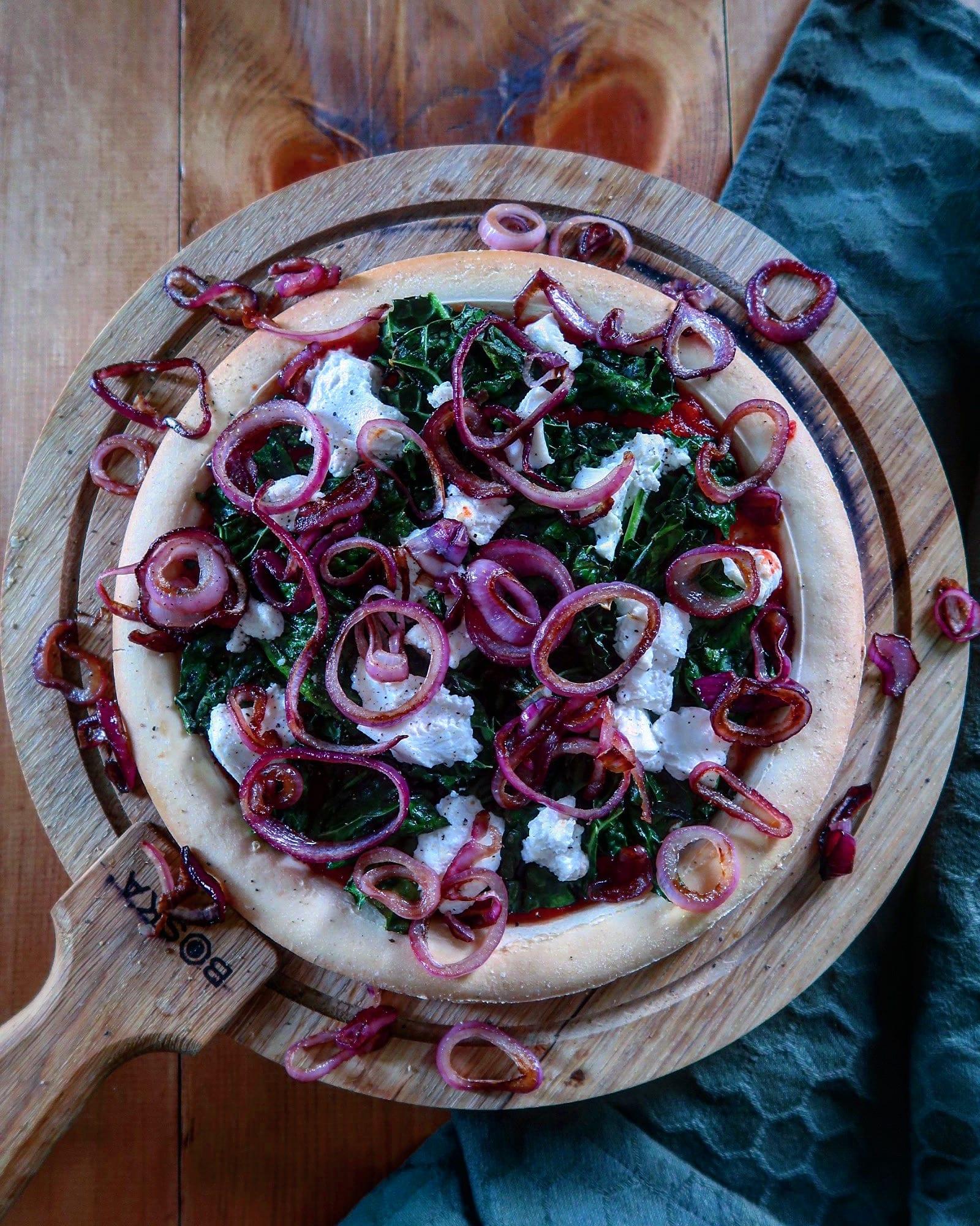 Pizza met geitenkaas en gekarameliseerde ui