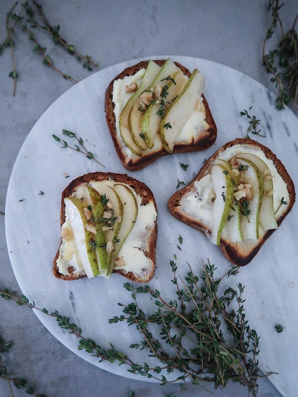 Gegrilde toast met ricotta en peer