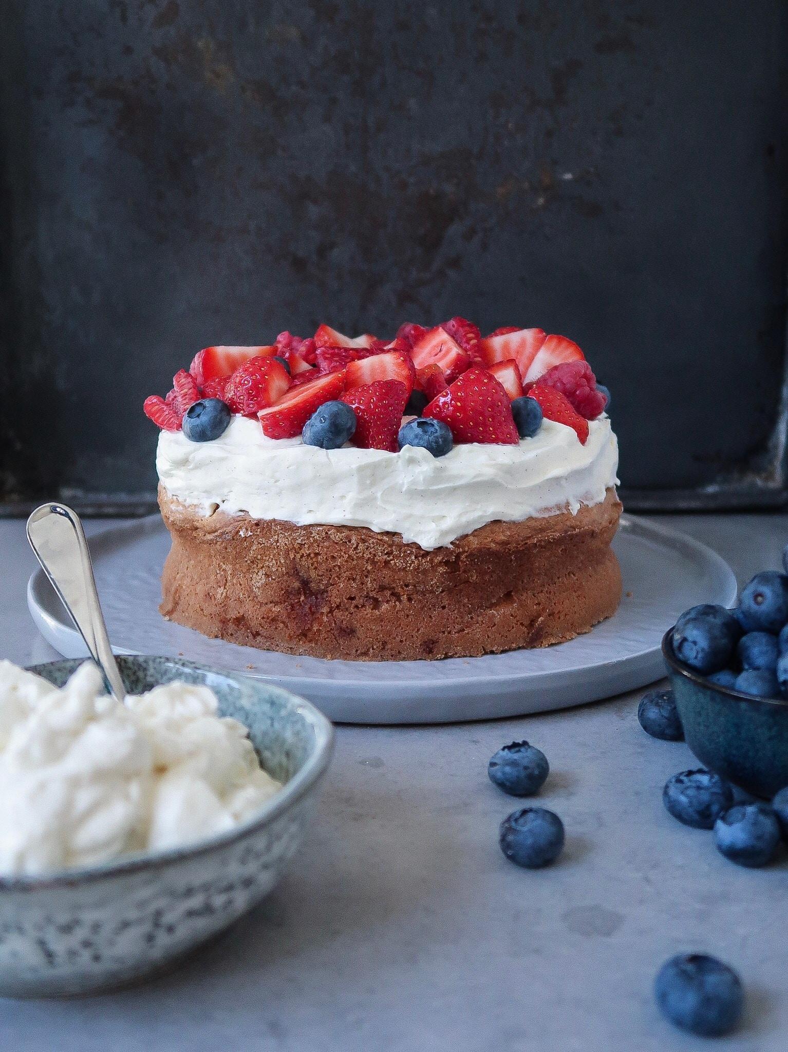 Glutenvrije verjaardagstaart met rood fruit