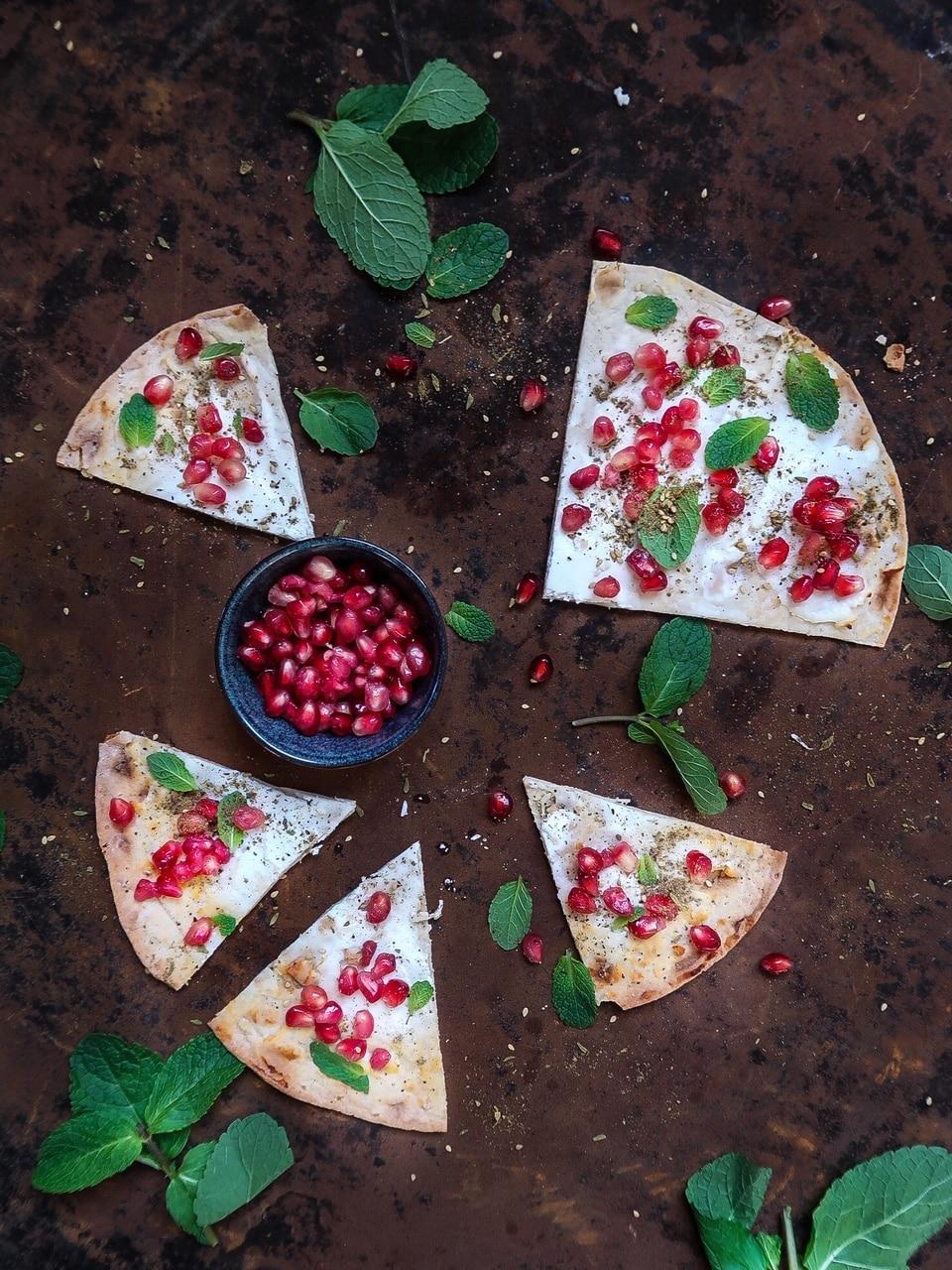 Flammkuchen met geitenkaas en granaatappelpitjes